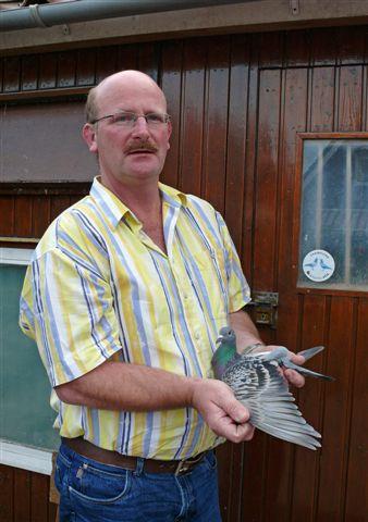 Eric met Olympic Lady, winnaar Derby der Junioren 2008 tegen 19.090 duiven